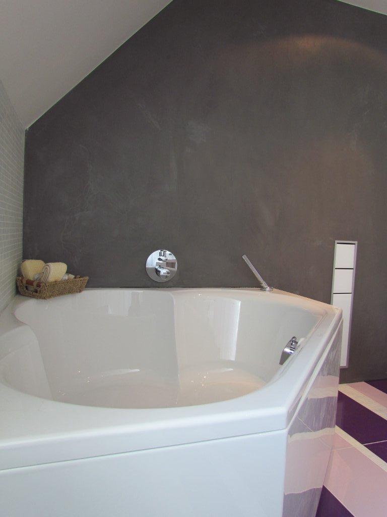Badkamer met hoekbad Beton-Ciré